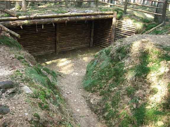 Rekonstruierte Schützengräben aus dem Zweiten Weltkrieg.