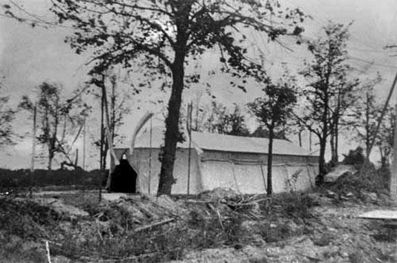 Das Zelt in dem die heimkehrenden Evakuierten die heilige Messe feierten, bis die Notkirche fertig gestellt war.