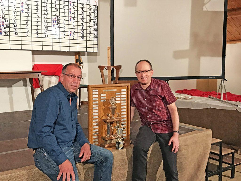 Nico Röhl und Werner Brüls holten 2017 den Pokal für die Geschichtsgruppe Rocherath-Kirnkelt beim jährlich stattfindenden Vereinsquiz.