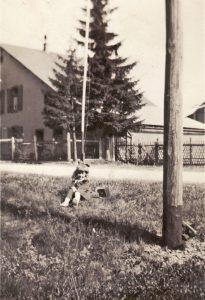 Zita Hönen vor dem Haus Sam Suphy in den 1940er Jahren